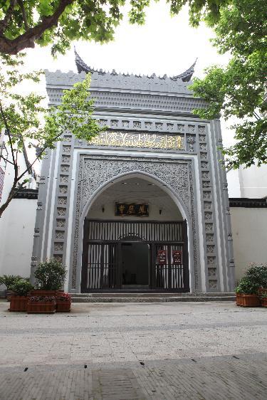 过寺门进入后部的望月楼,为下砖上木混合结构的三层中式楼阁.图片